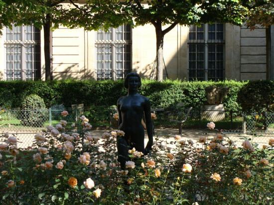 Paris 3e - femme aux roses