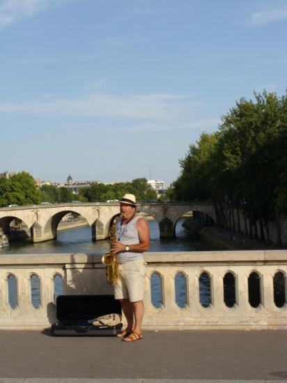 Paris 4e - quai de la Seine - Saxophoniste
